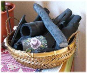 かごに盛られた竹炭