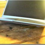 たいへんです!ある朝、ノートパソコンの一部が膨らんで変形していました。