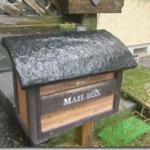 朽ちかけた郵便受けの屋根の補修