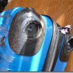 キャリーバッグの破損した車輪部分を補修しました。